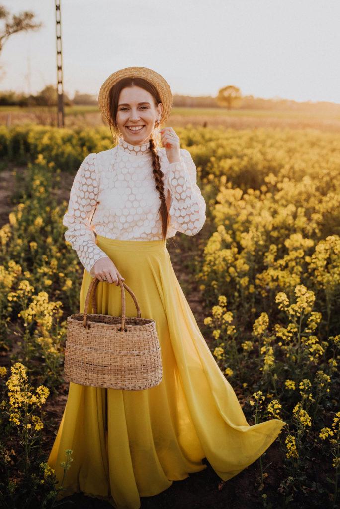 sesja w rzepaku, rzepak, żółta długa spódnica, rzepakowe pole, żółta spódnica, yellow